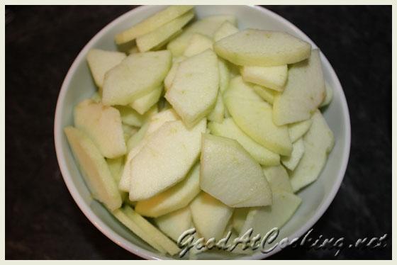 Apfelstrudel (Апфелштрудель). Нарезаем яблоки пластинками