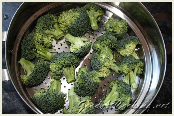 Моем броколи и разбираем на соцветия.  Замораживаем детское питание на примере пюре из броколли.