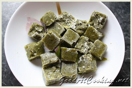Замораживаем детское питание на примере пюре из броколли.  Достаем кубики.