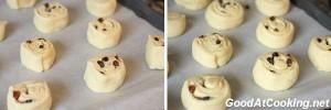 Рецепт булочек с изюмом из ночного теста с пошаговыми фото