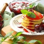 Сырники из рикотты с вишневым соусом