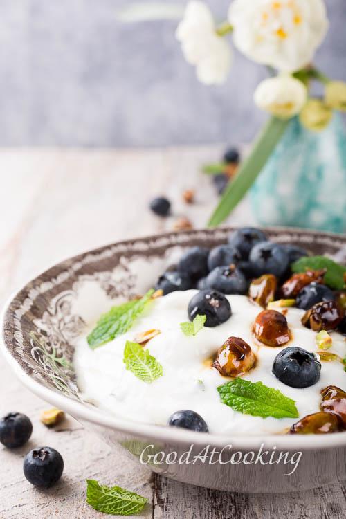 Recept van muntkwark met blauwebessen en pistachenoten