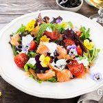 Салат с копченным лососем и съедобными цветами