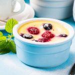 Йогуртовый клафути с малиной и голубикой